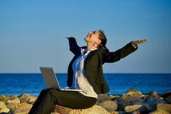 Femme attirante d affaires travaillant sur l ordinateur portable a la plage 40766491